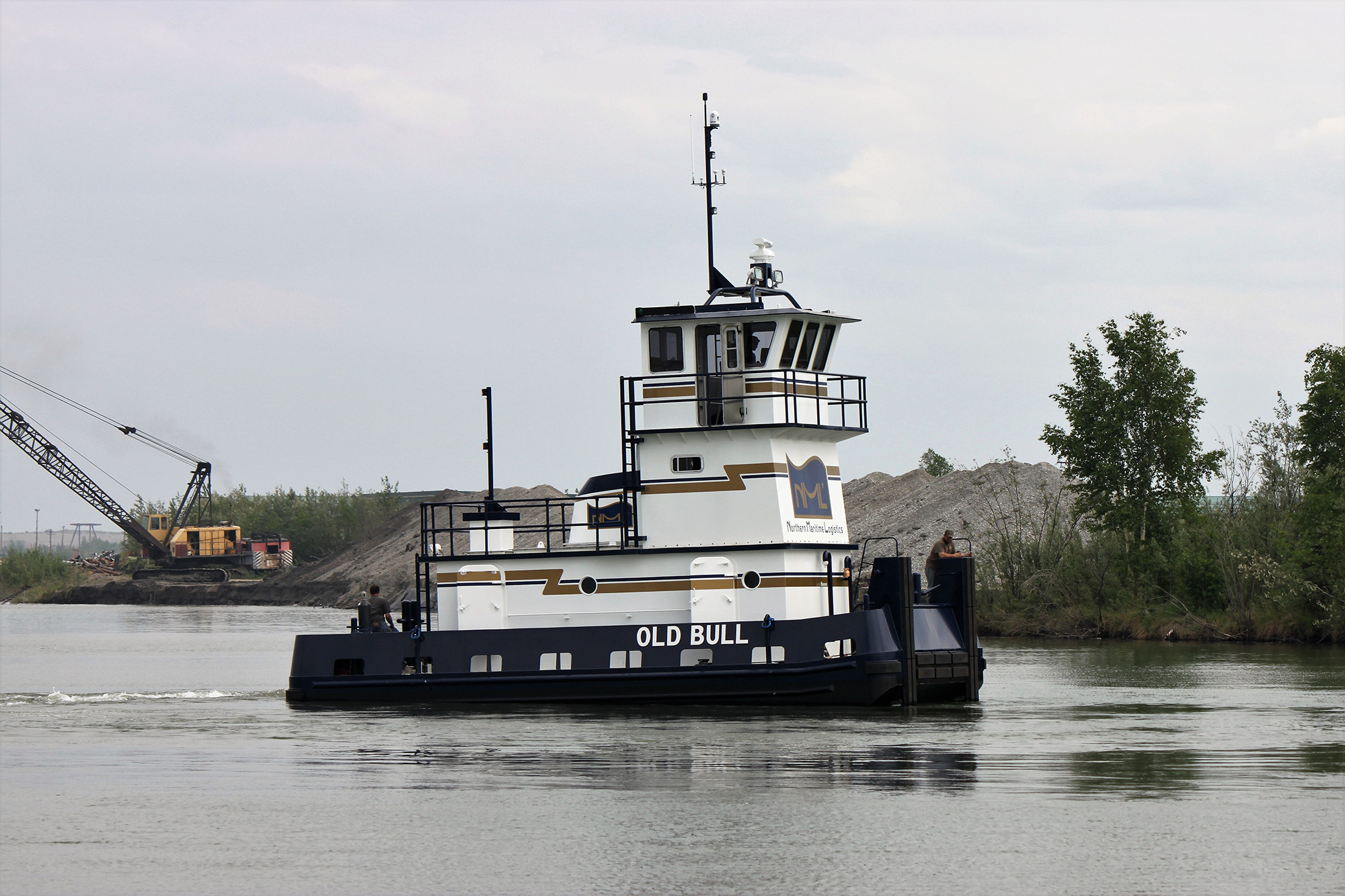 Towboat with bow ramp for deck barge